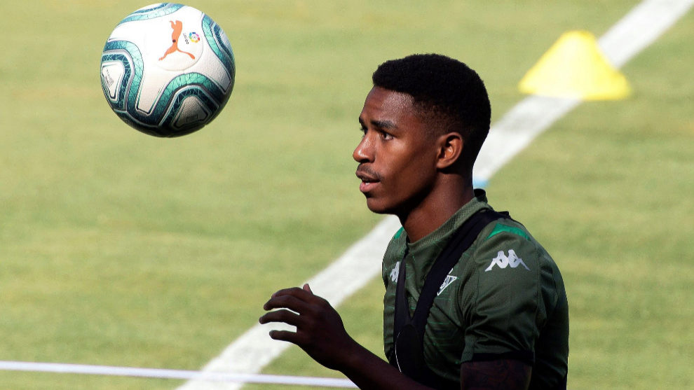 Junior Firpo close to Barcelona move