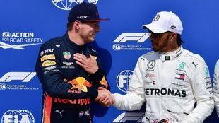 Verstappen y Hamilton se dan la mano tras la pole de Max en Hungría.