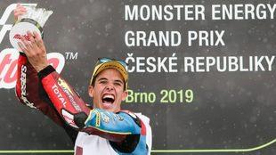 Álex Márquez celebrando la victoria en Brno.