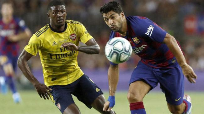 Luis Suárez se marcha de Maitland-Miles en el Barça-Arsenal.
