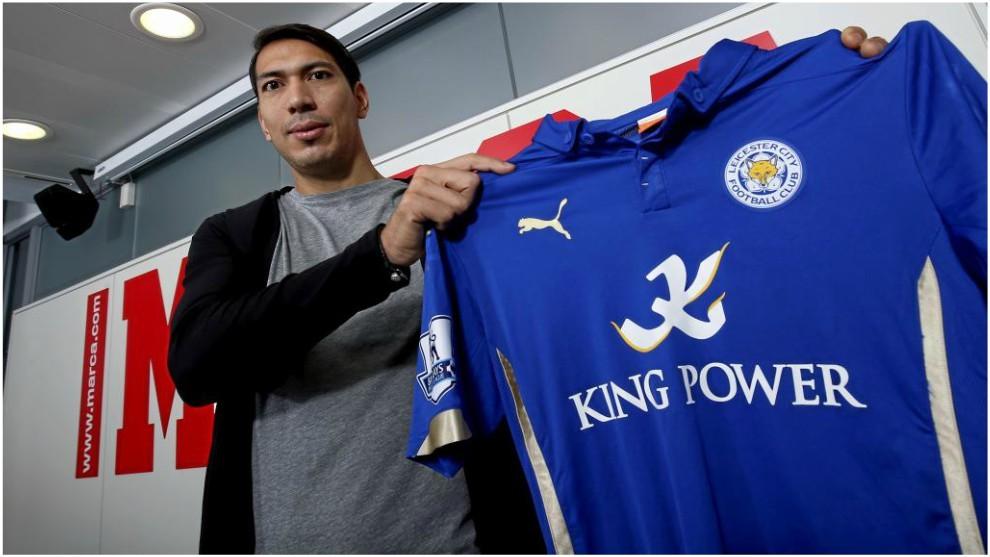 Ulloa posa con la camiseta del Leicester en una visita a nuestra...