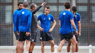 Iñigo Vicente atiende las explicaciones de Ferreira en un...