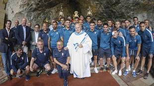 El padre Fueyo posa junto con la expedición del Sporting en Covadonga