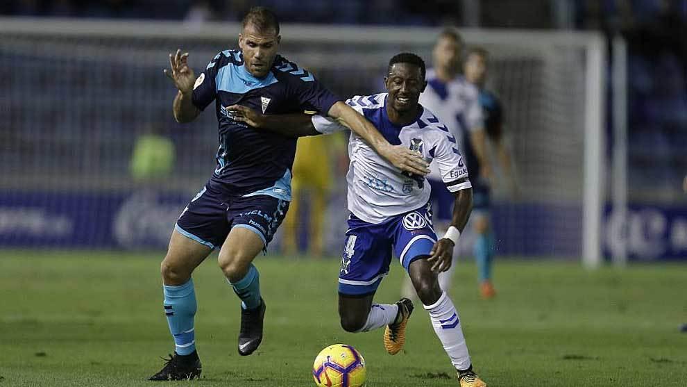 Ortuño disputa un balón con Camille en el Tenerife-Albacete de la...