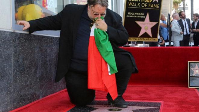 El momento exacto en el que Del Toro recibe su estrella.