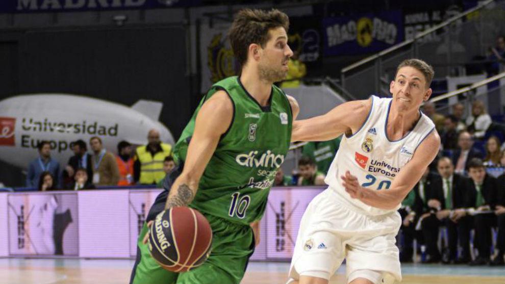 Nico Laprovittola trata de superar la defensa de Carroll en un...