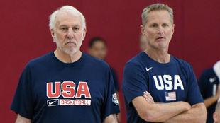 Gregg Popovich y Steve Kerr, durante un entrenamiento de la selección...