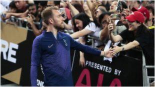 Christian Eriksen saluda a los aficionados del Tottenham en EE.UU.
