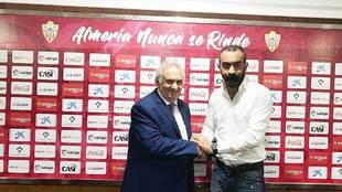 El ya ex presidente Alfonso García junto al nuevo director general...