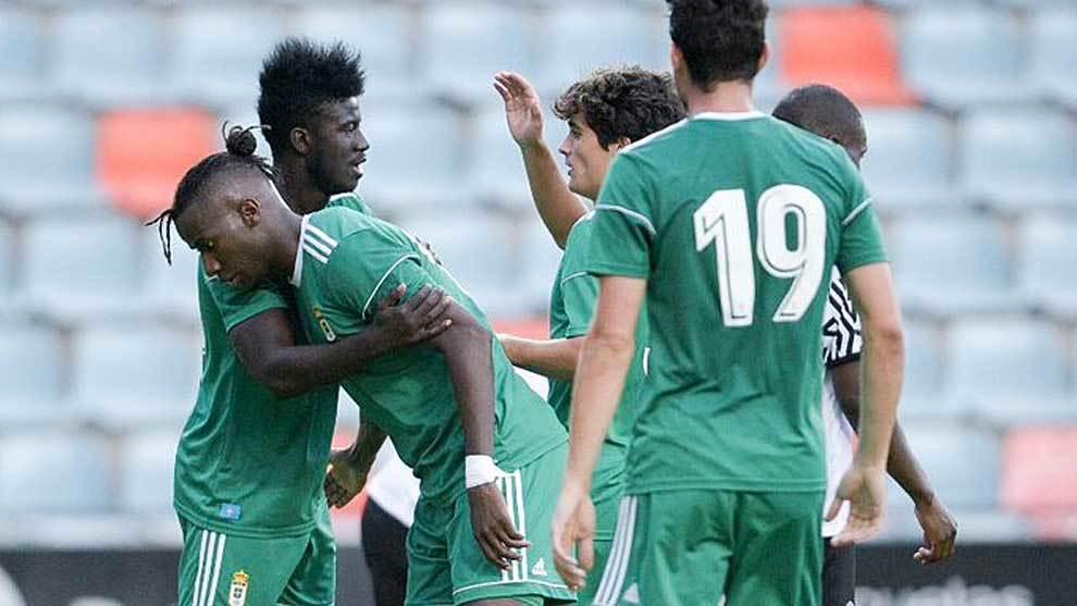 Ibrahima celebra con sus compañeros el gol del trlunfo