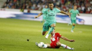 Hazard se marcha en velocidad de un defensor del Red Bull Salzburgo.