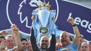 Pep Guardiola alza el trofeo de campeón de la Premier League 2018-19