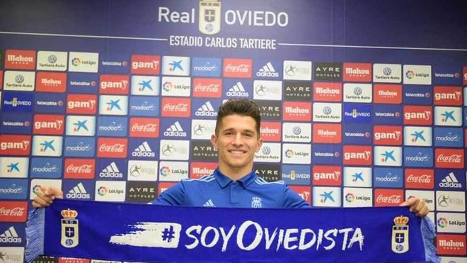 Nieto posa con una bufanda del Oviedo durante su presentación.