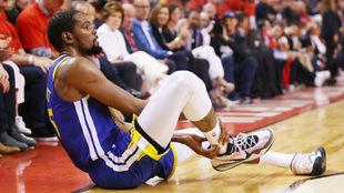 Kevin Durant se toca el tendón de Aquiles tras lesionarse.