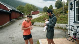 Emelie Forsberg sale a entrenar, Kilian se queda en casa con su hija...