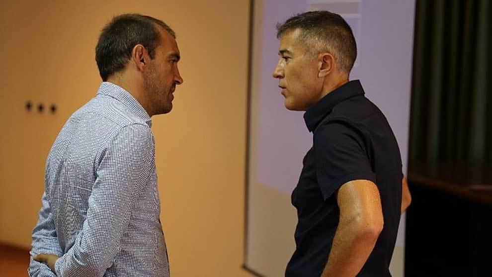 Eloy Jiménez conversa con el colegiado Ignacio Iglesias Villanueva