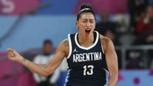 Debora González celebra una canasta de la selección argentina.