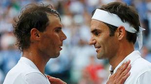 Rafa Nadal y Roger Federer se saludan en el último enfrentamiento en...