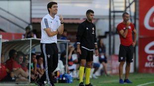 Iraola dirige a sus jugadores en su primera vez en Anduva.