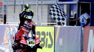 Álvaro Bautista celebra su triunfo en Jerez.