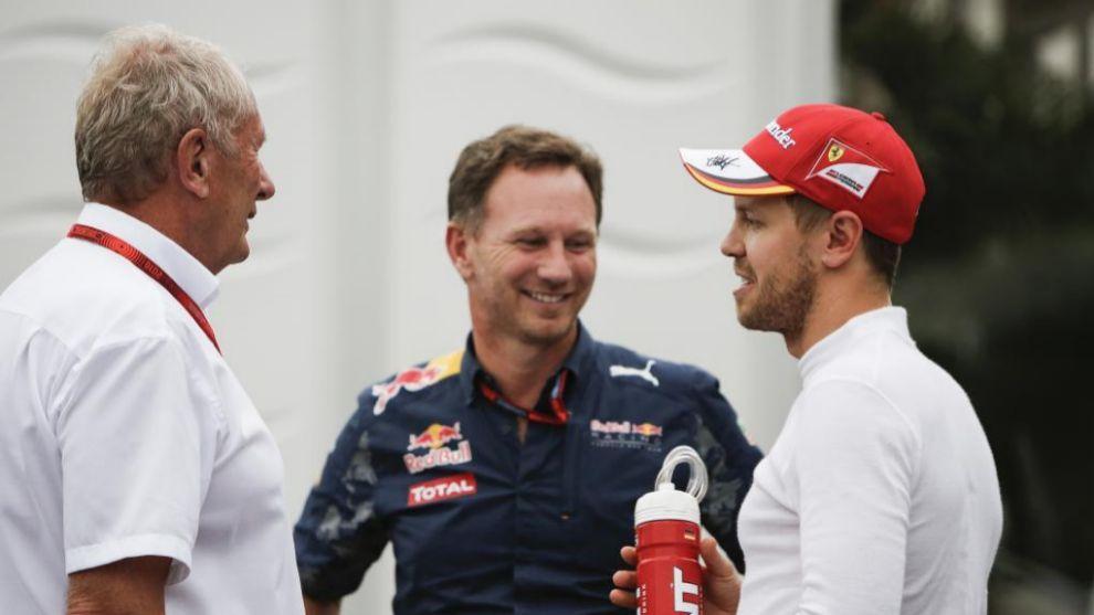 Vettel, junto a Christian Horner y Helmut Marko.