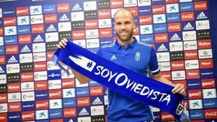 Ortuño posa con una bufanda del Oviedo.