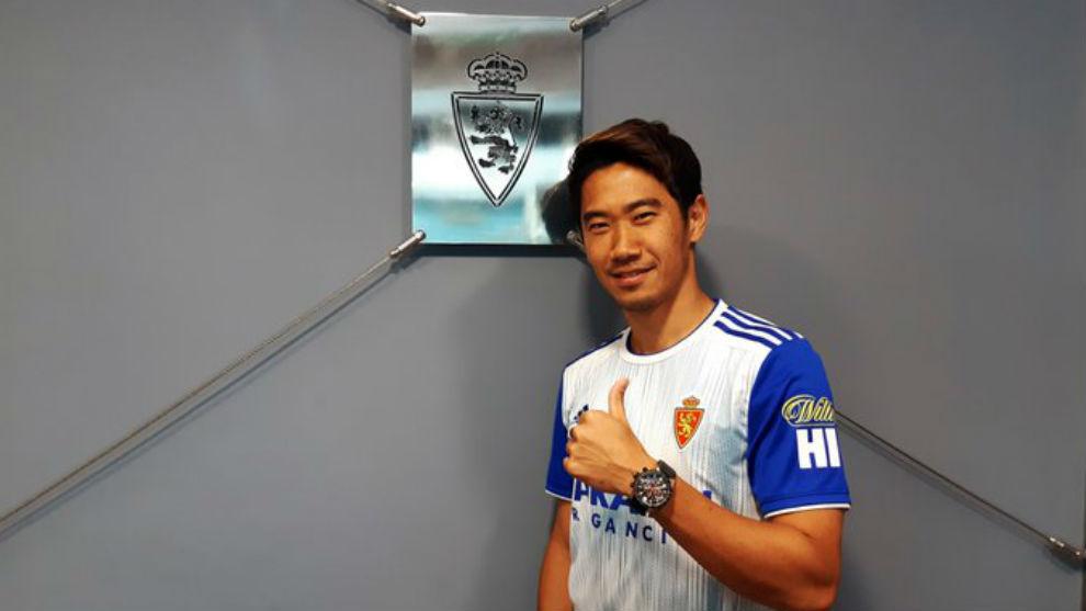 Kagawa posa con la camiseta del Zaragoza.