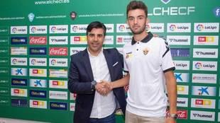 Andoni López y Nico se dan la mano en el acto de presentación del...