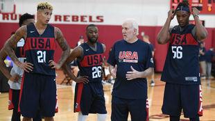 Popovich da instrucciones a sus jugadores en un entrenamiento de...
