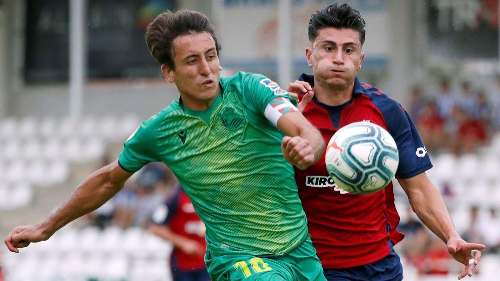 Oyarzabal, en una acción con Perea, en el amistoso contra Osasuna.