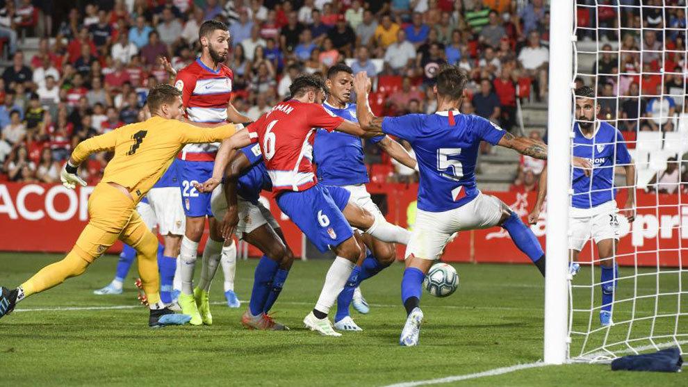 Germán logra marcar el primer tanto del Granada frente al Sevilla.