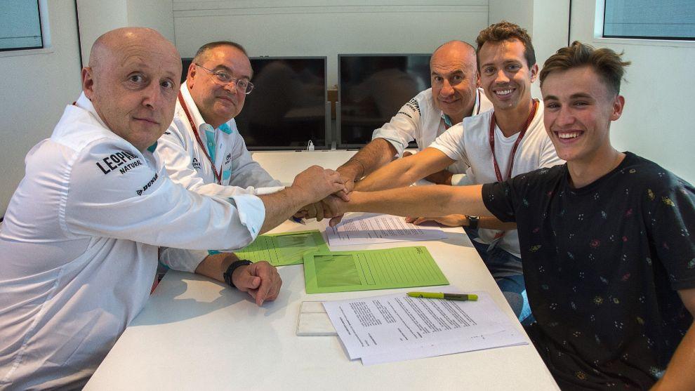 Jaume Masiá y Dennis Foggia, en la firma del contrato.