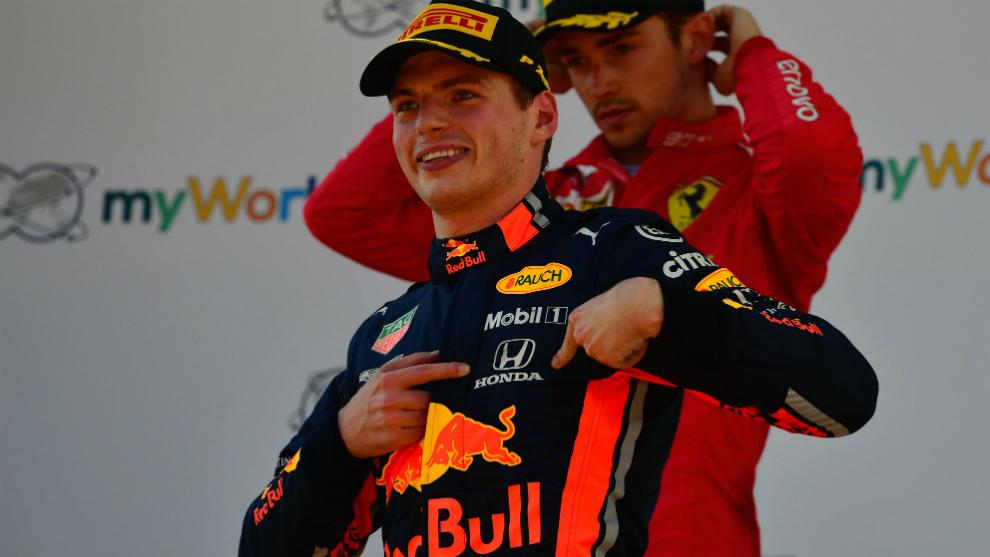 Max Verstappen señala con sus dedos la marca Honda de su mono.