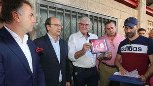 Francisco Reyes, junto a los presidentes del Extremadura y del...