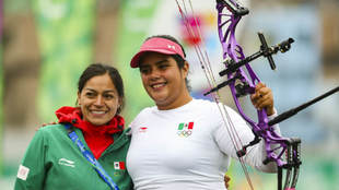 Andrea Becerra festeja su medalla de plata