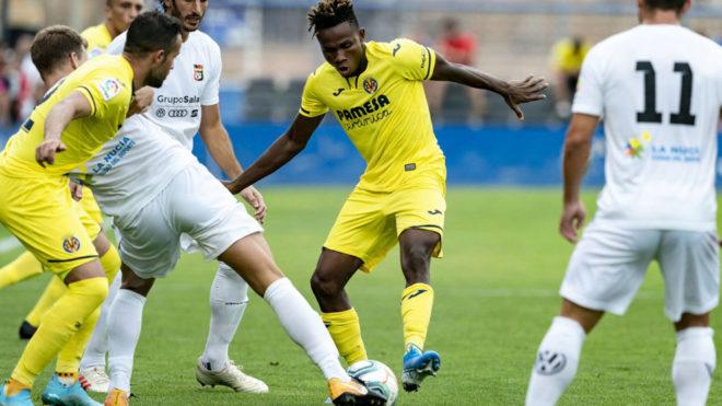 Chukwueze conduce el balón entre varios rivales.
