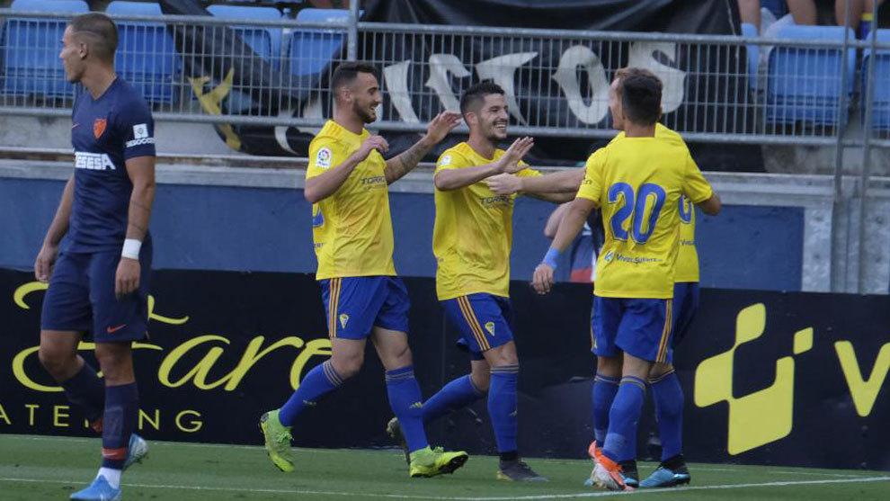 Los jugadores del Cádiz celebran el tanto de Caye Quinta ante el...