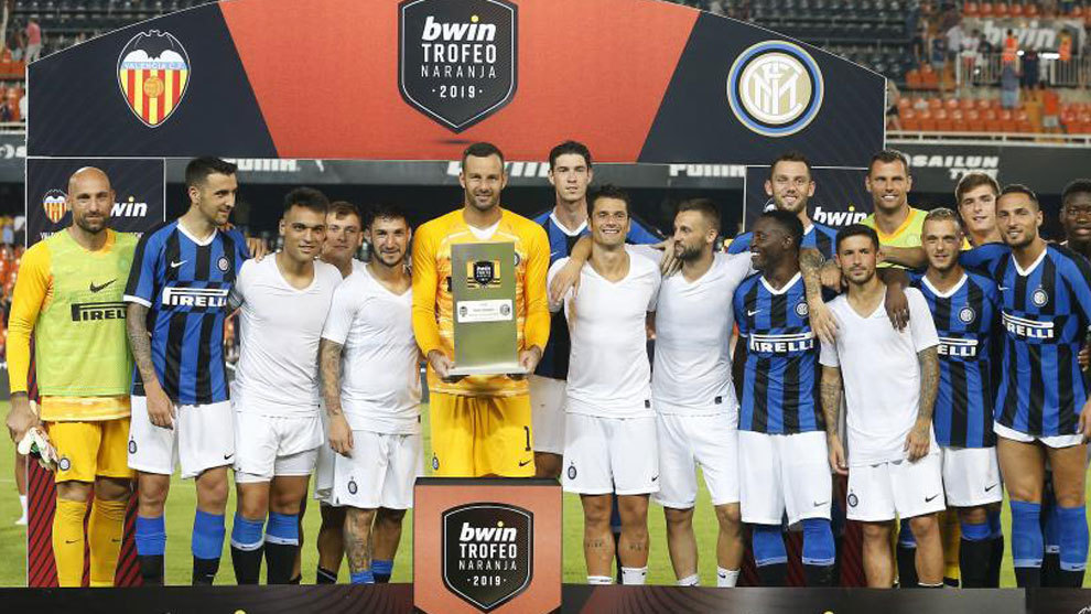 Los jugadores del Valencia reciben el Trofeo Naranja tras imponerse al...