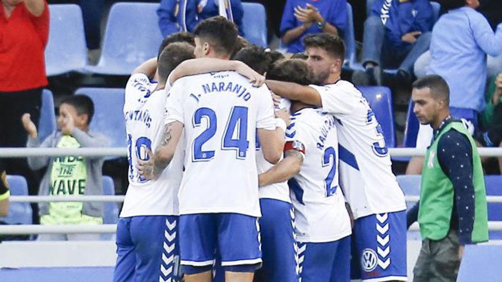 Los jugadores del Tenerife celebran un tanto en una imagen de archivo.