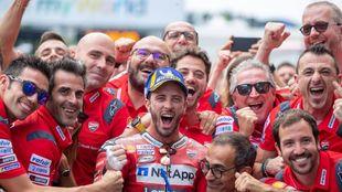 Dovizioso celebra la victoria con parte del equipo.