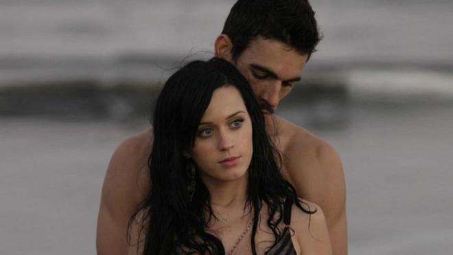El modelo Josh Kloss acusa a Katy Perry de abuso sexual.