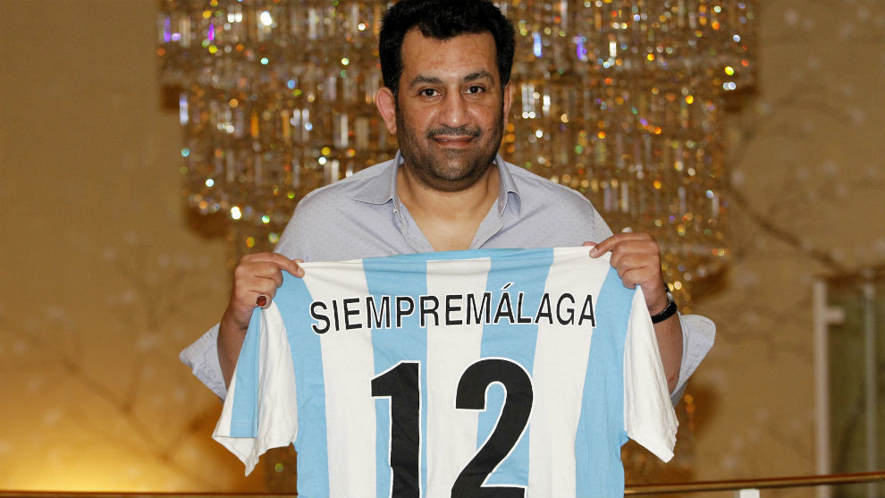 El jeque del Málaga (49) posa para MARCA tras la entrevista en un...
