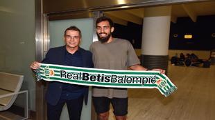 Borja Iglesias posa con la bufanda del Betis junto a Alexis.