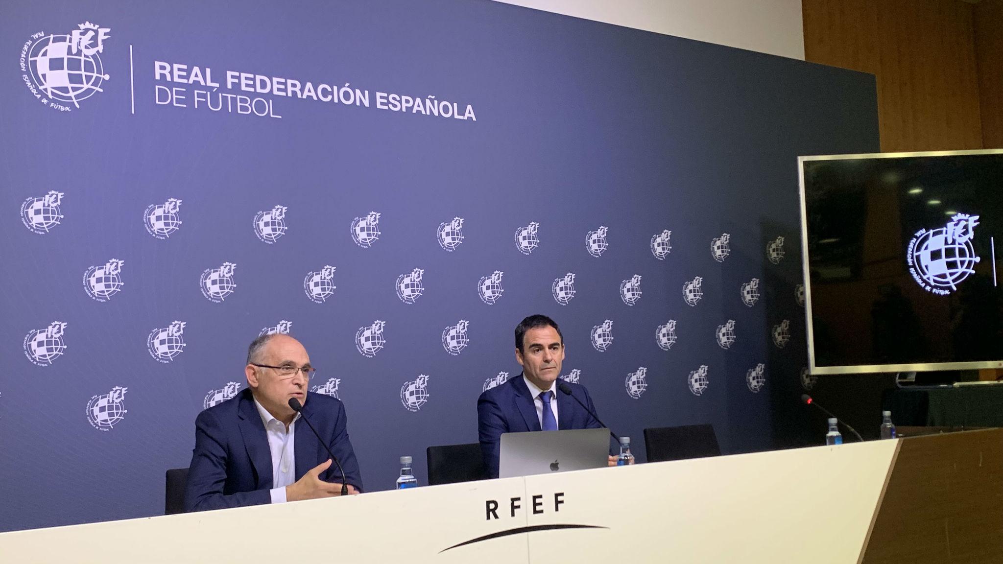 El secretario general de la RFEF, Andreu Camps y el presidente de los...