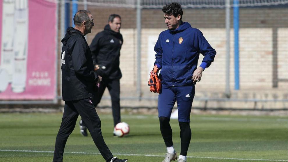 Cristian Álvarez charla con Víctor Fernández.