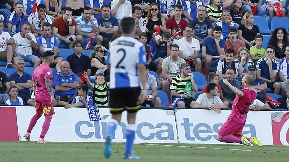 Isi celebra un gol de la Ponferradina al Hércules con Dani Pichín en...