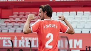 Ignasi Miquel posa con la camiseta del Girona y con su dorsal