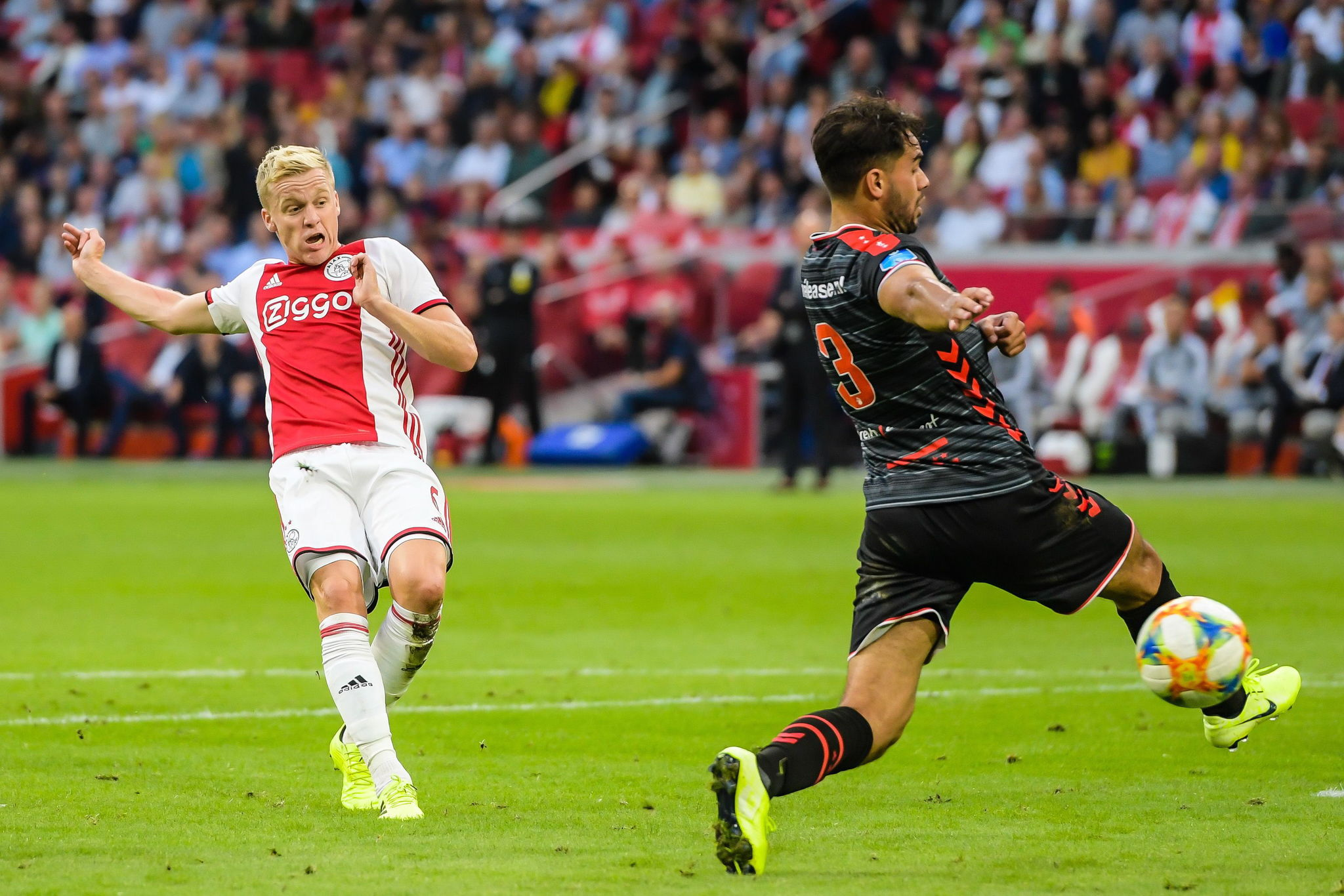 Dutch Eredivisie (Netherlands), 10/08/2019.- Donny <HIT>van</HIT> de <HIT>Beek</HIT> (L) of Ajax and Keziah Veendorp of FC Emmen in action during the Dutch Eredivisie match between Ajax Amsterdam and FC Emmen at the Johan Cruijff Arena in Amsterdam, The Netherlands, 10 August 2019. (Países Bajos; Holanda) EFE/EPA/VI-Images / Gerrit <HIT>van</HIT> Keulen