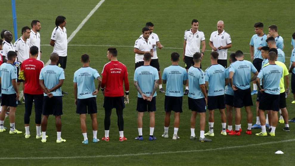 David Gallego da instrucciones a sus jugadores.
