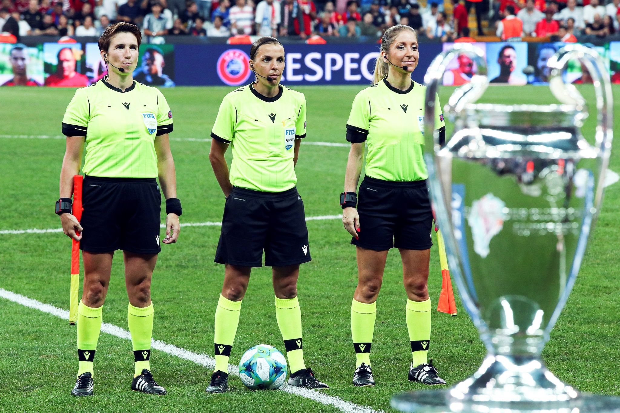 Istanbul (Turkey), 14/08/2019.- French referee Stephanie <HIT>Frappart</HIT> (C) and her assistants before the UEFA Super Cup soccer match between Liverpool FC and Chelsea FC in Istanbul, Turkey, 14 August 2019. (Turquía, Estanbul) EFE/EPA/TOLGA BOZOGLU